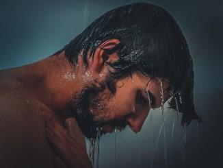 Muž v sprche