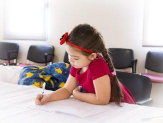 Dievčatko si kreslí