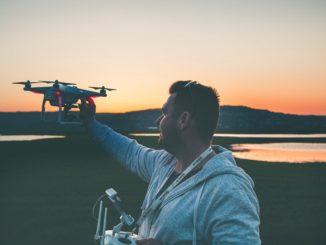 Dron pri západe slnka